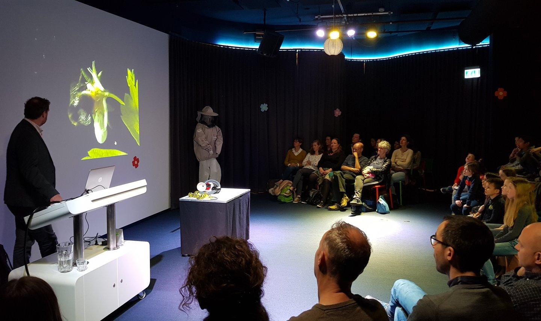 Hoe Werken De Bijen Samen Nemo Science Museum